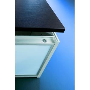 Világító polc fogantyú nélküli ajtós szekrényhez